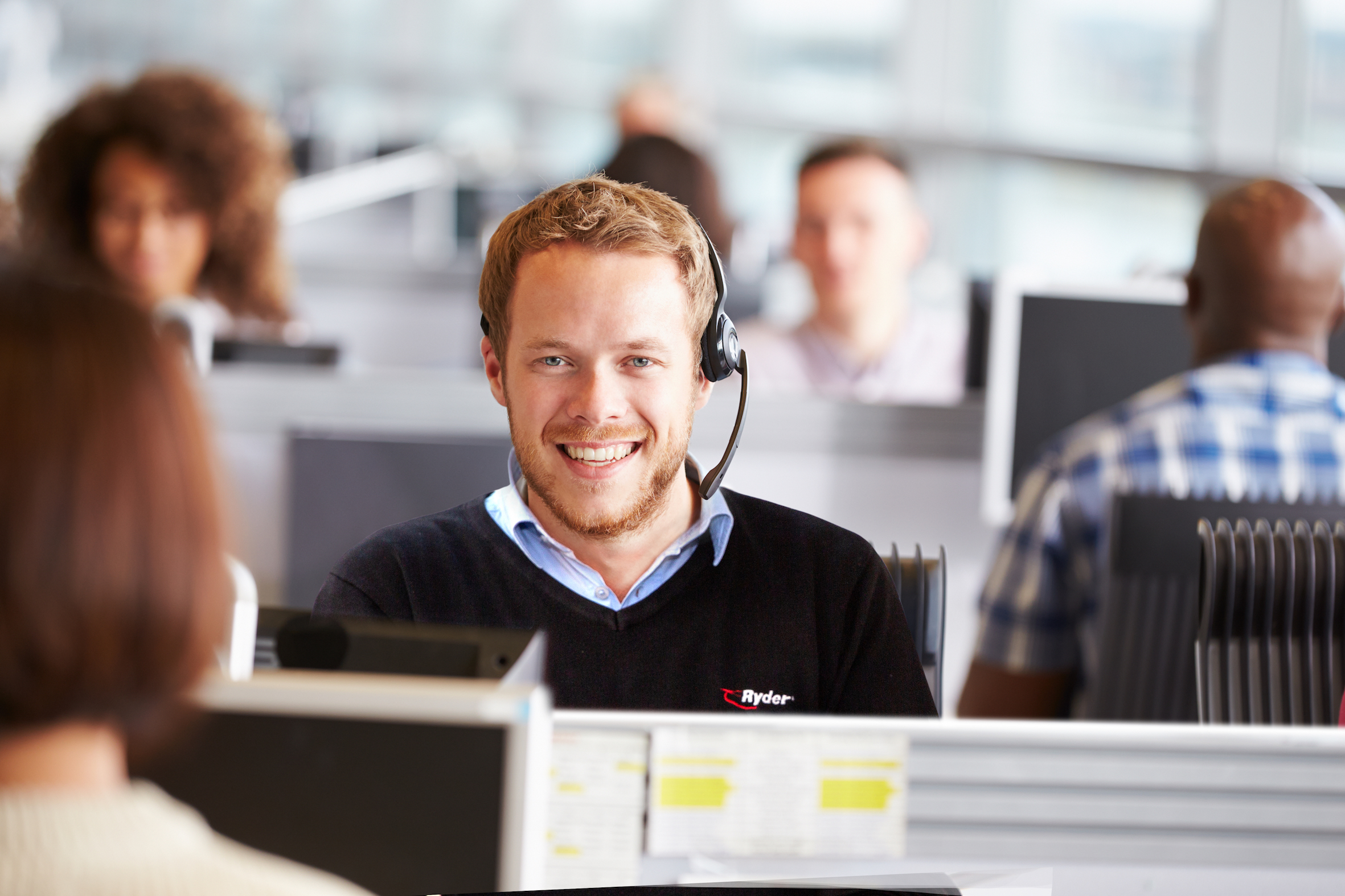 A Ryder engineer on the phone with FleetCare customers