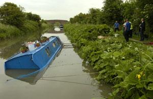This Is Wiltshire: SINKING: The canal narrowboat 19748/6