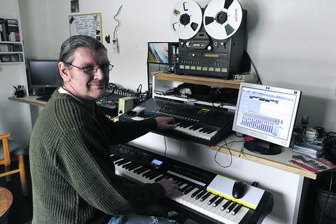 This Is Wiltshire: Musician Martin Jones, who was diagnosed with cancer of the pancreas three months ago, is recording a CD to raise money for cancer charities