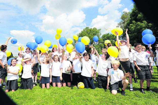 This Is Wiltshire: Children set off balloons to celebrate 40 years of Urchfont Primary School 							                (PM1199) By Paul Morris
