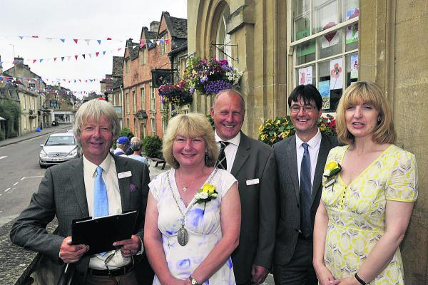 This Is Wiltshire: South West in Bloom judges Paul Smith and Tim Ely, left, with Coun Ruth Hopkinson, Sharon Thomas and town clerk David Martin, right                                                     (49607-1) BY Glenn PHILLIPS