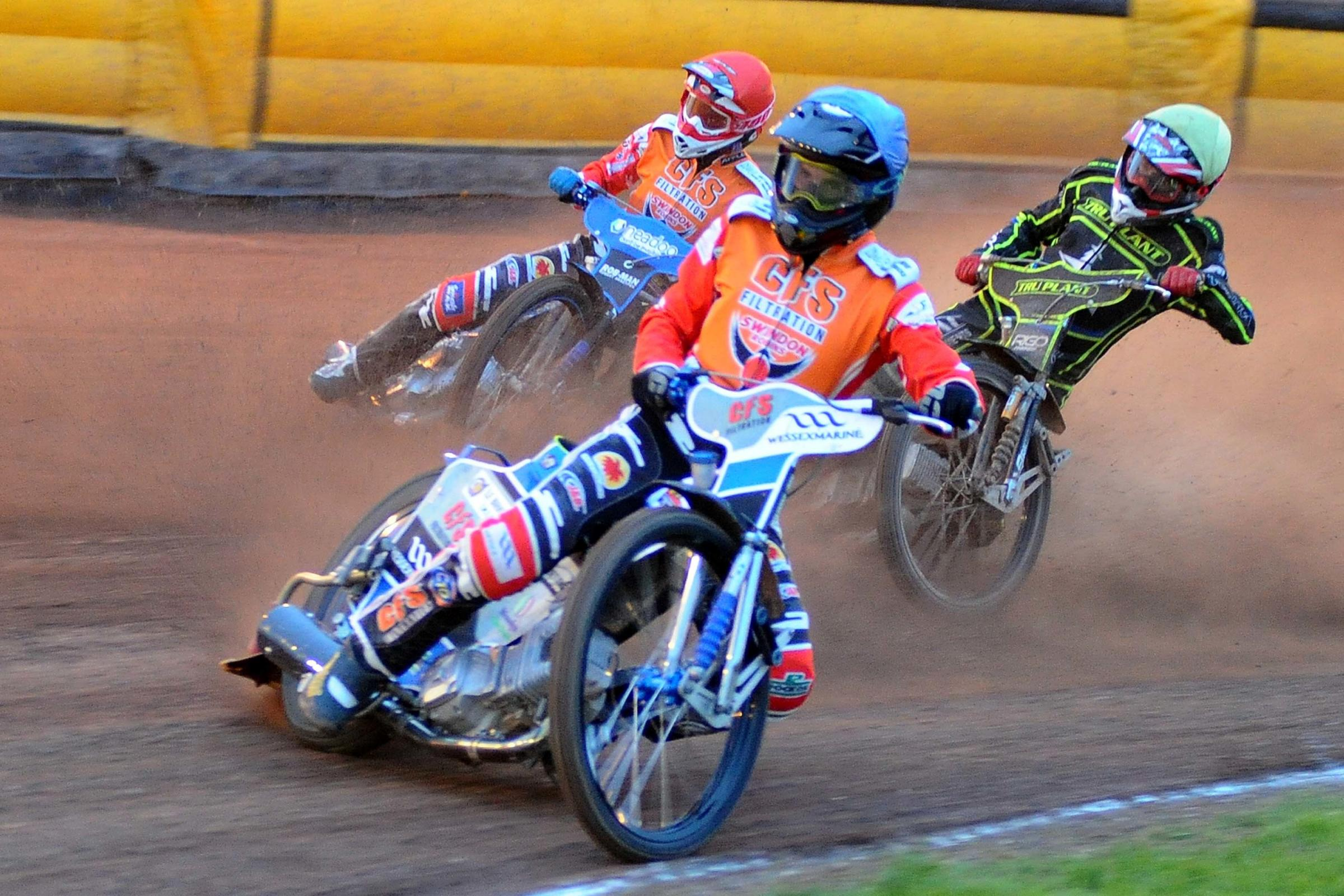 Swindon Robins v  Ipswich    Pic Dave Evans.Tobiasz Musielak and Adam Ellis competiing in heat five..